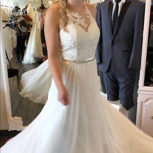 Size 6 Never been worn wedding dress